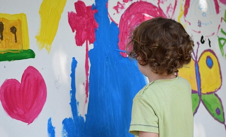 Barn målar