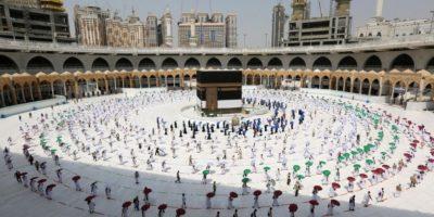 Pilgrimer håller fysisk distans när de går runt den heliga byggnaden Kaba i den stora sammankomsten